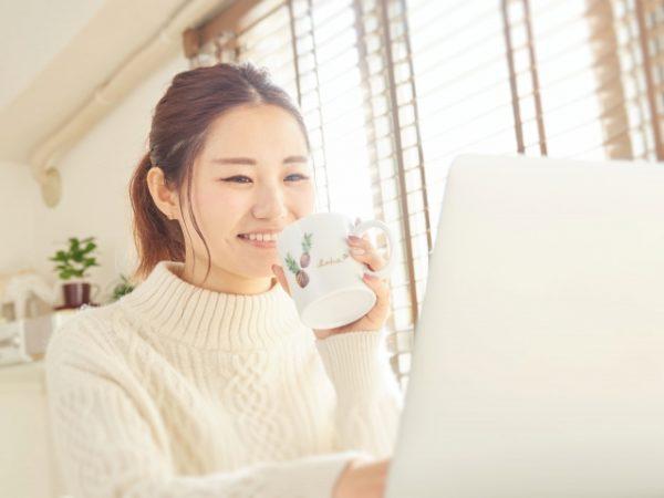 コンブチャについてネット検索する女性